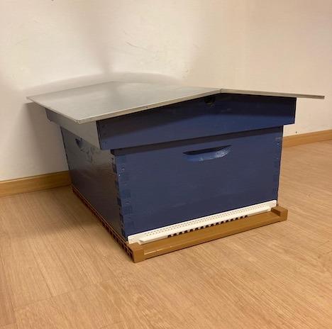 ruche avec toit chalet (bleu de gris) sur Savebee.be